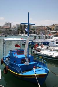 Puerto de Herakleion, con las bóvedas de los arsenales venecianos de fondo